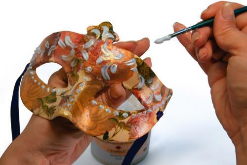 Шаг 5. На выбранные участки можно приклеить бисер или блестки.  Для этого снова нанесите кистью небольшой слой геля и...