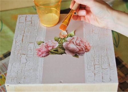 5. После приклеивания салфетки (можно оставить один нижний слой для яркости рисунка). красим нижнюю часть ящика в...