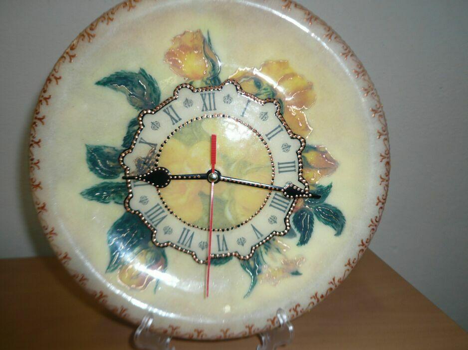 Теги.  Поделиться.  Это мои новые часики.Вторая работа на пластике. декупаж на пластике. часы.